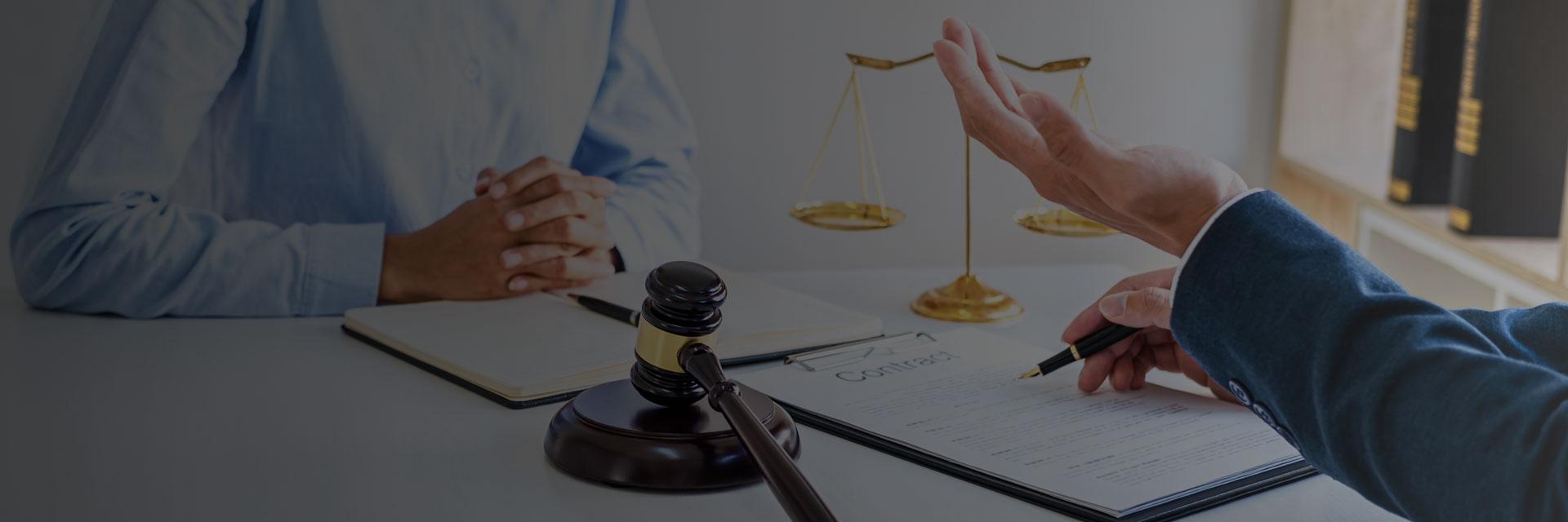 avvocato-scrivania-cliente